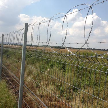 Betaview fence with razor wire_04