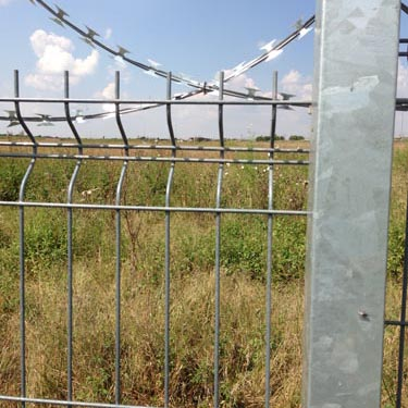 Betaview fence with razor wire_05