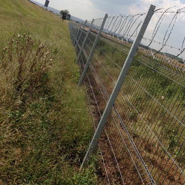 Betaview fence with razor wire_06
