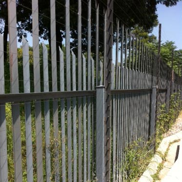 Palisade with electric fence_10